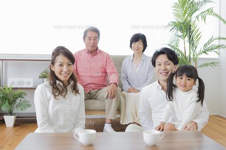 団欒する家族の写真素材 [FYI00922103]