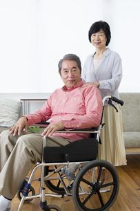 車いすを押す老夫婦の写真素材 [FYI00922104]