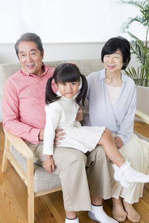 くつろぐ老夫婦と孫の写真素材 [FYI00922107]
