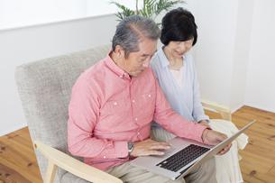 PCを操作する老夫婦の写真素材 [FYI00922110]