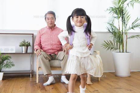 孫にプレゼントをする老夫婦の写真素材 [FYI00922111]