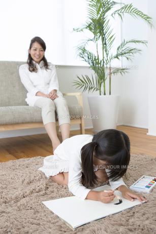 お絵描きをする娘の写真素材 [FYI00922112]