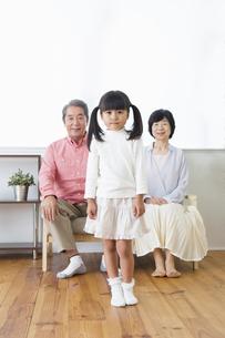 くつろぐ老夫婦と孫の写真素材 [FYI00922114]