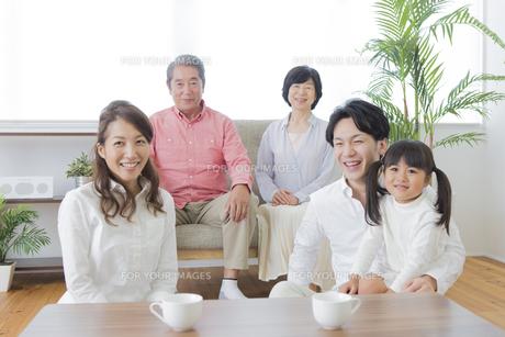 団欒する家族の写真素材 [FYI00922115]