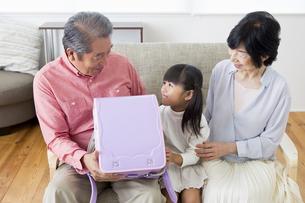 孫にプレゼントをする老夫婦の写真素材 [FYI00922116]