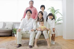 団欒する家族の写真素材 [FYI00922120]
