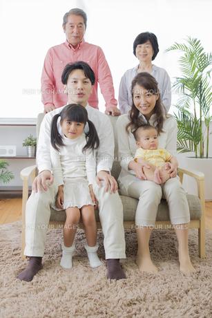 団欒する家族の写真素材 [FYI00922122]