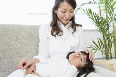娘の看病をする母の写真素材 [FYI00922123]