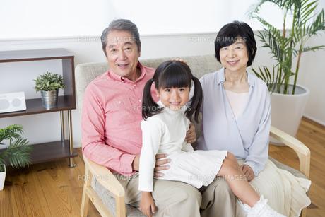 くつろぐ老夫婦と孫の写真素材 [FYI00922126]