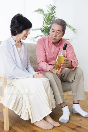 ワインを見る老夫婦の写真素材 [FYI00922127]