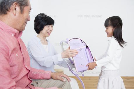 孫にプレゼントをする老夫婦の写真素材 [FYI00922128]