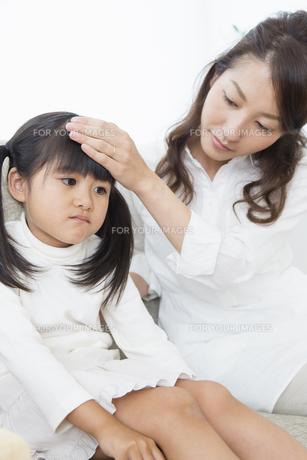 娘の看病をする母の写真素材 [FYI00922131]