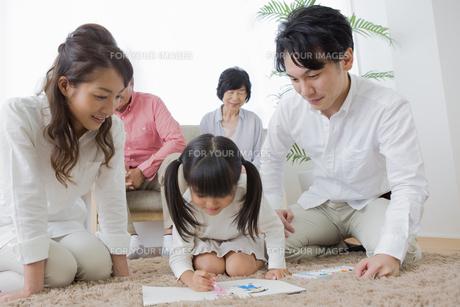 お絵描きをする娘の写真素材 [FYI00922132]