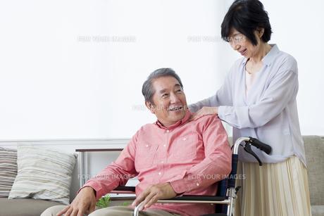 車いすを押す老夫婦の写真素材 [FYI00922134]