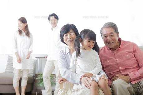 団欒する家族の写真素材 [FYI00922135]