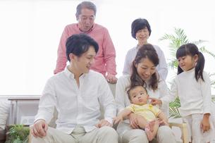 団欒する家族の写真素材 [FYI00922137]