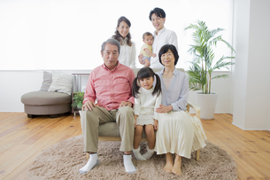 団欒する家族の写真素材 [FYI00922139]