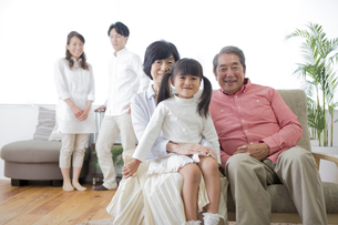 団欒する家族の写真素材 [FYI00922142]