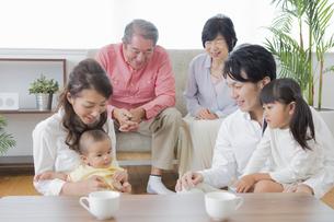 団欒する家族の写真素材 [FYI00922144]