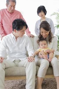 団欒する家族の写真素材 [FYI00922145]