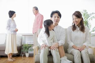 団欒する家族の写真素材 [FYI00922146]