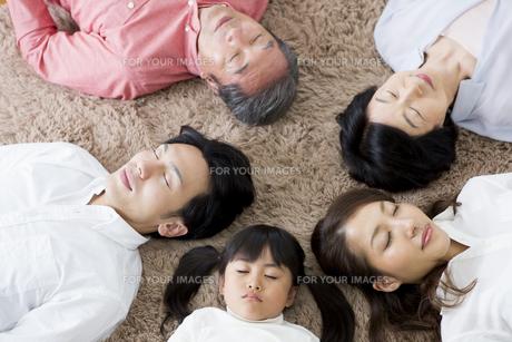 昼寝をする家族の写真素材 [FYI00922147]
