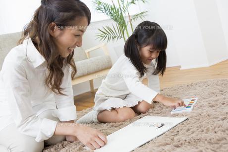 お絵描きをする娘の写真素材 [FYI00922148]