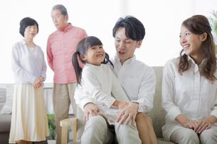 団欒する家族の写真素材 [FYI00922151]