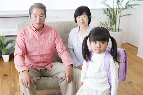 孫にプレゼントをする老夫婦の写真素材 [FYI00922152]