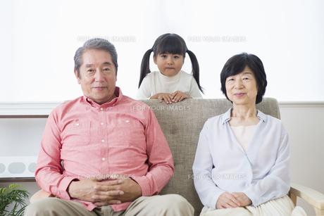 くつろぐ老夫婦と孫の写真素材 [FYI00922153]