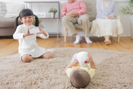弟を撮影する女の子の写真素材 [FYI00922155]