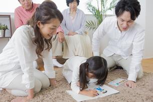 お絵描きをする娘の写真素材 [FYI00922156]