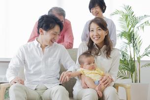 団欒する家族の写真素材 [FYI00922157]