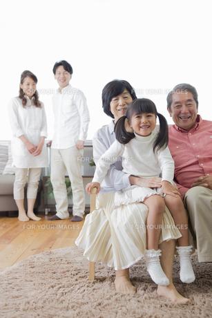 団欒する家族の写真素材 [FYI00922158]