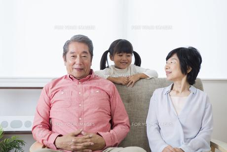 くつろぐ老夫婦と孫の写真素材 [FYI00922159]