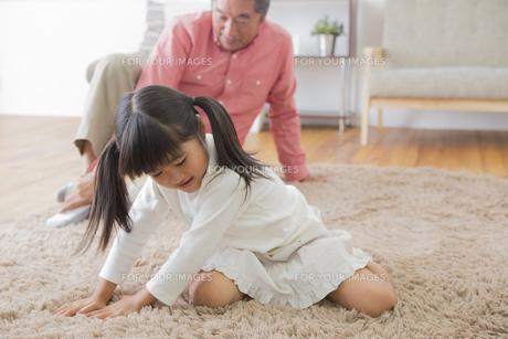 祖父と遊ぶ女の子の写真素材 [FYI00922160]