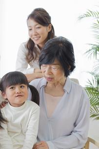 団欒する家族の写真素材 [FYI00922161]