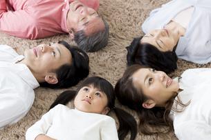 昼寝をする家族の写真素材 [FYI00922165]