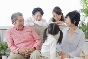 団欒する家族の写真素材 [FYI00922167]