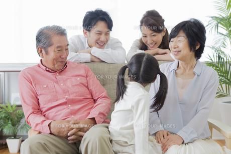 団欒する家族の写真素材 [FYI00922169]