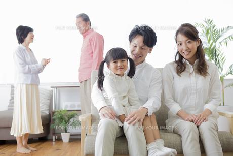 団欒する家族の写真素材 [FYI00922170]