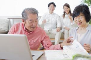PCで検索する家族の写真素材 [FYI00922172]