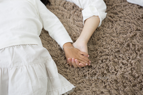 昼寝をする親子の写真素材 [FYI00922174]