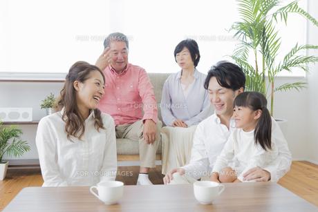 団欒する家族の写真素材 [FYI00922176]