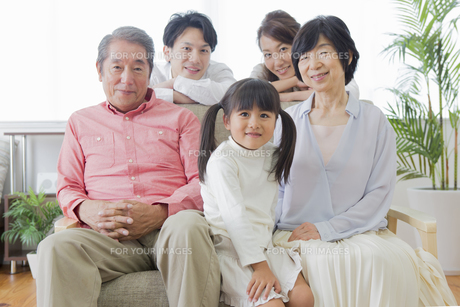 団欒する家族の写真素材 [FYI00922177]