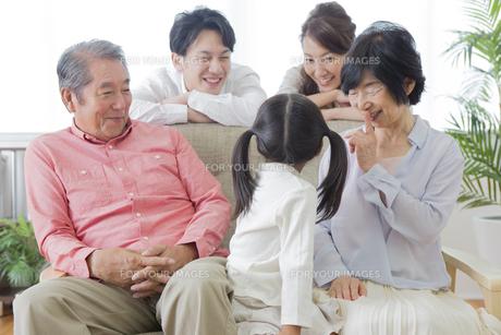 団欒する家族の写真素材 [FYI00922178]