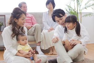 団欒する家族の写真素材 [FYI00922180]