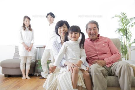 団欒する家族の写真素材 [FYI00922185]