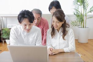 PCで検索する家族の写真素材 [FYI00922189]