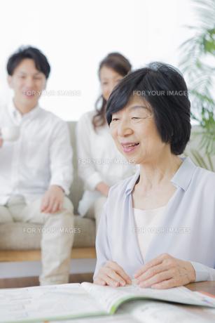 団欒する家族の写真素材 [FYI00922191]